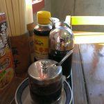 中国ラーメン揚州商人 - 卓上の調味料達、自家製ラー油と中国の酢がポイント高し!