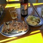 中国ラーメン揚州商人 - 暖かい陽光を浴びる昼ビールのお供達……
