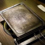 プングム - 鉄板が斜めになっており油受け皿に落ちるようになっている