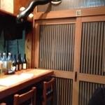 和香 - 店内から見た入口。天井の角にウナギが飛んでます。