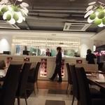 百菜百味 - 店内は広くて明るい。席間も広い。