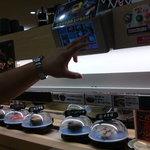 無添くら寿司 - 「鮮度くん」と称するプラスチックカバーがかけられた寿司がレーンを巡回しています。