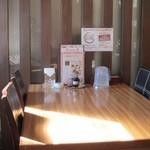 彩鳳 - 店内のテーブル席は広く重厚なテーブル