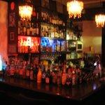 Bar Negril - スピリッツやリキュールが並ぶカウンター