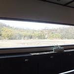 鍵屋コーヒー - カウンター席の横長の一枚ガラスの窓。