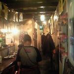 ガムランディー - お店の入り口近くのカウンターの前で店員さんが注文を受けています
