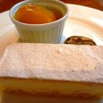 ルピシア - 私は、なるべく甘くなさそうな「チーズケーキ」にしました。これも大きい(食べきれるかな:涙)  クリームチーズは控えめで甘さも抑えたお味でした。