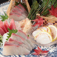 鮮魚盛りもついた飲み放題付き歓送迎会コースは4,000円〜