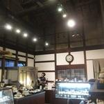 仏蘭西焼菓子調進所 足立音衛門 - 店内は天井がとっても高い