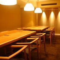 奥に10〜12名様でご利用可能な隠れ家個室がございます。