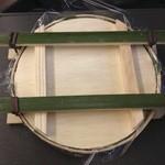 17100253 - 容器は4本の竹で、押し寿司状態になっている