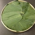 17100258 - 蓋を開けると、鱒寿司は笹で包まれている