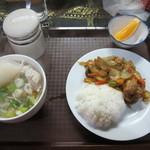 シェムリアップ - Aランチの鶏肉のカレー風味炒めと米粉うどん
