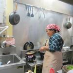 シェムリアップ - 鶏肉のカレー風味を炒めています