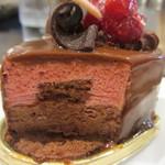 17133611 - 木苺のチョコレートケーキの断面アップ