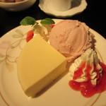 カフェ・ド・ディアナ・ギャラリー - ベイクドチーズケーキ ストロベリーアイス添え