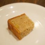 ラシーヌ - アミューズのパン。