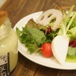 ラシーヌ - 新鮮な野菜たっぷりのサラダ。