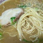 一平ラーメン - 濃い茶色の濃厚なスープは塩分濃いめ。かなりガツンときます。