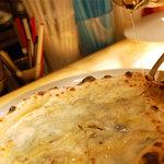 CAFE RIGOLETTO - ゴルゴンゾーラの蜂蜜添え 蜂蜜をたっぷりかけて...