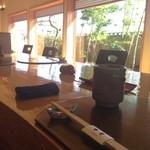 創作懐石 竹贅 - カウンターの席。別に個室もあり。写真手前側は椅子で、机を挟んで反対側は掘りごたつ式。