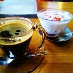 和sian-cafe aimaki - タピオカ+ココナツミルク+小倉のデザート。 COEエルサルバドルのロングブラックを合わせて