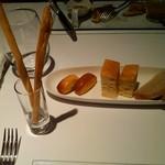 SCACCOMATTO - 手作りはパン、小麦の香りが良い。チーズを練り混んだパンも。
