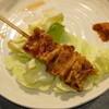 芳一 - 料理写真:しろタレ(1串150円)焼き上がるとキャベツ(お通し代100円)の上に置いていきます