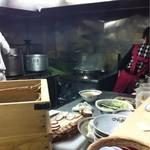 煮干鰮らーめん 圓 - カウンターから厨房を見る。
