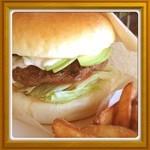 0298 - 香ばしく焼いたビーフの味が美味しいハンバーガー。バンズもふんわりしててシンプルなお味。