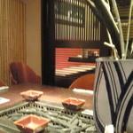 神宮前もくち - 喫煙席の大テーブル