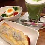 ナナズグリーンティー - 釜揚げしらすのチーズトーストセット 抹茶ラテ¥450