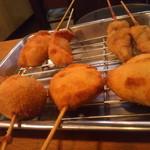 大阪串揚 一 - 左手前から反時計回りに たこ焼き・ホタテ・レバー・餃子
