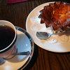 喫茶 いしぐら - 料理写真:モカ450円、りんごのチーズケーキ300円