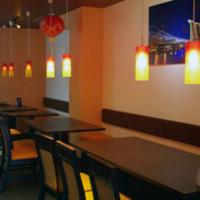 シンガポール料理 梁亜楼 - 店内広々 46席 扉付きの個室もございます。