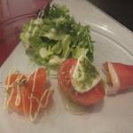 ベリーズカフェ - 前菜♪サラダ、サーモンのカルパッチョ、水牛モッツァレラのカプレーゼ、マンゴーの生ハム巻