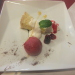 ベリーズカフェ - デザート盛り合わせ♪大きなお皿にキレイに盛りつけ♪