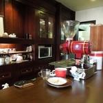 鶴池cafeレンガ館 - カウンター上のコーヒーミル
