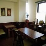 鶴池cafeレンガ館 - 入って右手のテーブル席