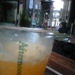 アフタヌーンティー・ベイカリー - オレンジジュースの向こうに飾り山が…