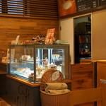 ビスキュイ - 2013.2 カフェコーナーのショーケース(テイクアウトコーナーにはもっと沢山のケーキ)