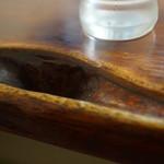味処 じんべ - 年季あるテーブル