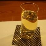 涿屋 - 日本酒は変な形のグラスで出てきます