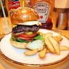 ジャンク - 料理写真:私はハンバーガー(800円)目玉焼トッピング( 100円)と能勢ジンジャエール(300円)