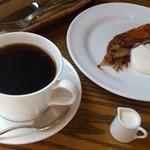 高松珈琲 - アップルパイと高松ブレンド。くるみが散らしてあり、温めて出してくれるのでシナモンの香りがフワッと美味しい。2013/2/28