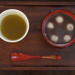 喫茶フェリーチェ - 餡子をたっぷりつかった白玉お汁粉。お茶もセットでついてきます