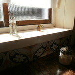 Cafe Snug - 明るい陽射し、窓辺の席。