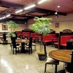 神山飯店 - ゆとりある空間の店内