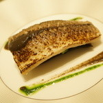 ラシェリール - マルシェから届いた鮮魚を本日のスタイルで:カマスのオーブン焼き