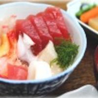 活きのいい魚介を刺身や海鮮丼で!